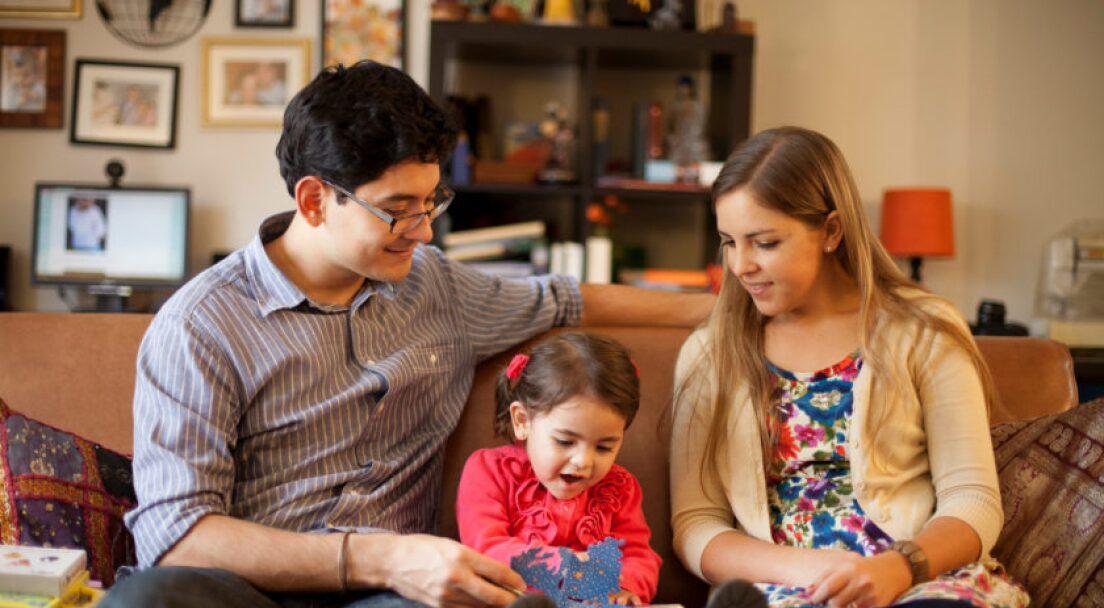 family-reading-921279-wallpaper-1-840x560.jpg